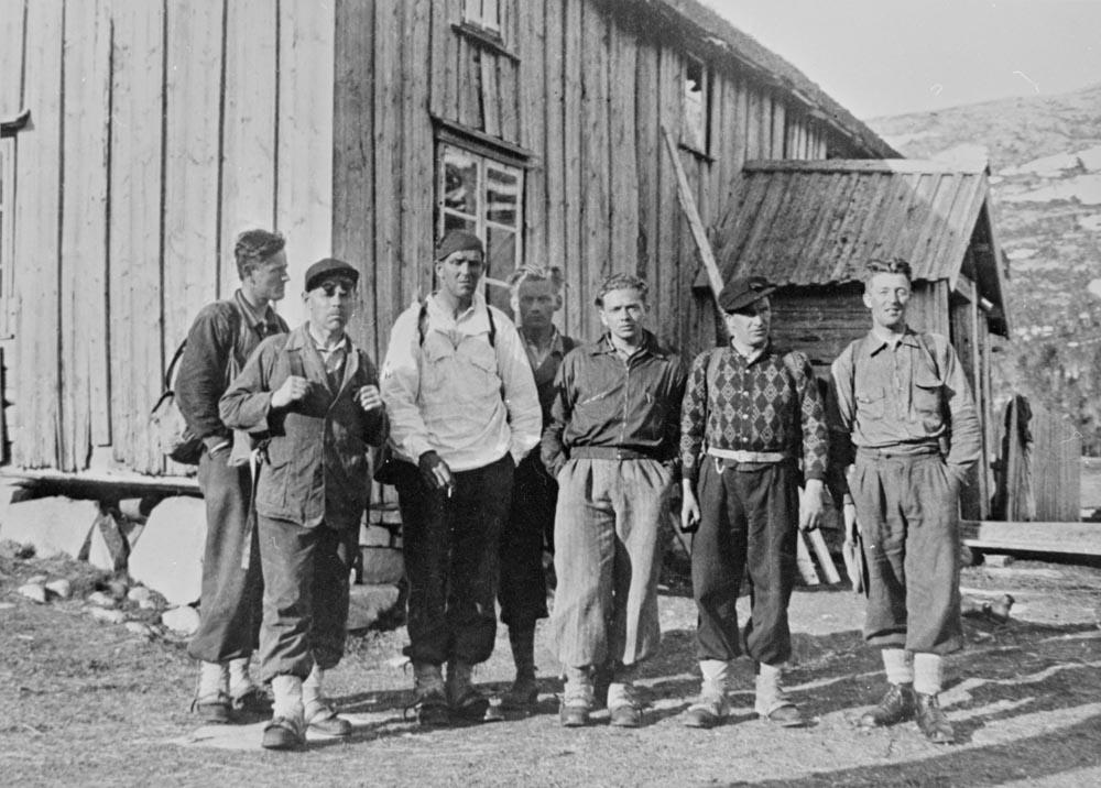 Sort/hvit bilde av mostandsfolk og soldater fra kompani Linge